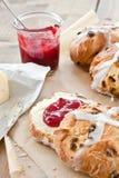 Hete dwarsbroodjes met boter en jam Stock Foto