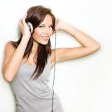 Hete dynamische jonge brunette die hoofdtelefoons draagt. Stock Foto's