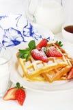 Hete eigengemaakte Belgische wafels met bessen en melk op lichte rug Royalty-vrije Stock Foto