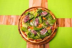 Hete Eigengemaakte Pepperonispizza Klaar te eten Bon Appetit Royalty-vrije Stock Foto's