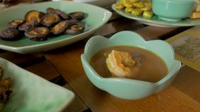Hete en zure rode kerrie met garnalen, Thais voedsel stock video