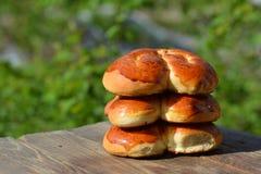 Hete gebakjes, broodjes op lijst royalty-vrije stock afbeelding