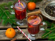 Hete gekruide drank van gegoten thee met rum en mandarin stock foto