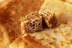 Hete gouden pannekoeken en honing Royalty-vrije Stock Fotografie