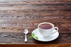 Hete Graaf grijze thee met de hoogste mening van de citroenplak over houten lijst Royalty-vrije Stock Afbeelding