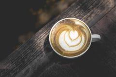 Hete Groene thee latte kunst op de houten lijst Stock Afbeelding