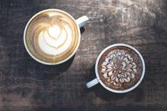 Hete Groene thee latte kunst op de houten lijst stock afbeeldingen