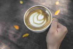 Hete Groene thee latte kunst op de houten lijst royalty-vrije stock fotografie
