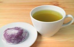 Hete Groene Thee met Japanse Snoepjes Genoemd Daifuku Gediend op Houten Lijst stock foto