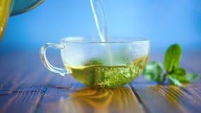 Hete groene thee met verse munt stock footage