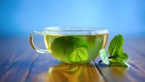 Hete groene thee met verse munt stock videobeelden