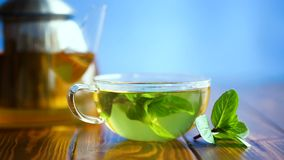 Hete groene thee met verse munt stock video