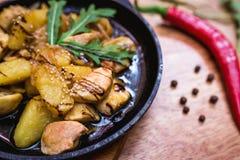 Hete het verdelen pan met kip en aardappels Stock Foto