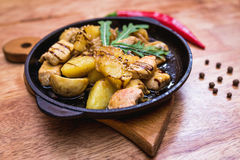 Hete het verdelen pan met kip en aardappels Stock Afbeeldingen