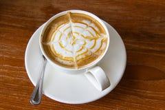 Hete Karamel Macchiato in witte koffiekop Royalty-vrije Stock Foto