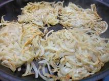 Hete knapperige aardappels in een non-stick pan Stock Fotografie