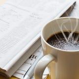 Hete koffie, ballpoint en krant 2 Stock Afbeeldingen