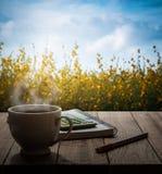 Hete koffie, calculatornotitieboekje en pen op houten lijst in m Royalty-vrije Stock Afbeeldingen