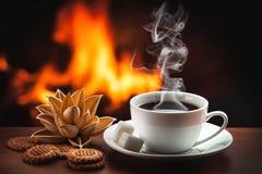 Hete koffie dichtbij open haard stock afbeelding