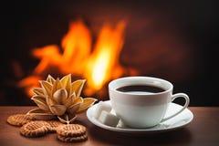 Hete koffie dichtbij open haard stock foto's