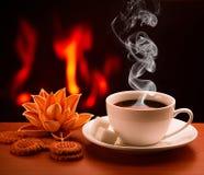 Hete koffie dichtbij open haard royalty-vrije stock afbeelding