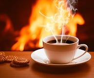 Hete koffie dichtbij open haard royalty-vrije stock foto