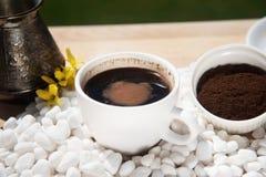 Hete koffie in een kop op een witte steen royalty-vrije stock fotografie