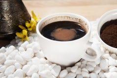 Hete koffie in een kop op een witte steen royalty-vrije stock afbeeldingen