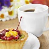 Hete koffie en smakelijke cake stock fotografie