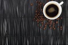 Hete koffie met bonen op zwarte achtergrond royalty-vrije stock fotografie