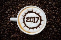 Hete koffie met de kunst 2017 patroon van de schuimmelk Stock Foto