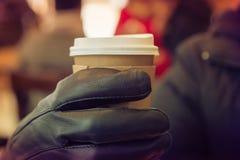 Hete koffie met greep met handhandschoen Stock Foto