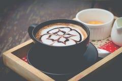 Hete koffie met het art. van de schuimmelk Zwarte kop van koffie Stock Foto's