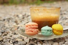 Hete koffie met macaron op de onderleggers voor glazen Royalty-vrije Stock Fotografie