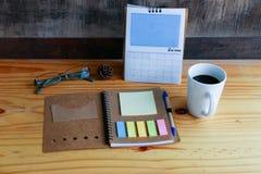 Hete koffie met mobiele telefoon op de houten lijst Stock Foto's