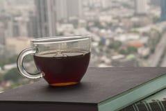 Hete koffie op de notitieboekjes van de waterkant, stadsmeningen royalty-vrije stock afbeelding