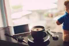 Hete koffie op het bureau royalty-vrije stock fotografie