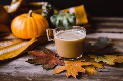 Hete koffie op rustieke lijst met bladeren Stock Afbeeldingen