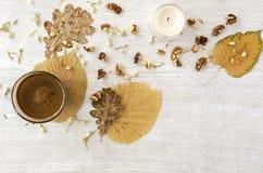 Hete koffie op rustieke lijst met bladeren Stock Afbeelding