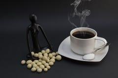 Hete koffie, snoepjes en suiker Stock Fotografie
