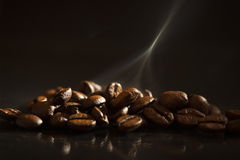 Hete koffiebonen met rook Stock Fotografie