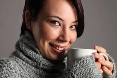 Hete koffiedrank voor mooie jonge witte vrouw Stock Foto