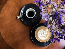 Hete koffieespresso en Hete koffie latte, hoogste mening royalty-vrije stock foto