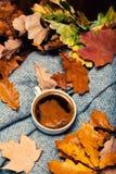 Hete Koffiekop met de herfstbladeren over houten achtergrond Abstra Stock Afbeeldingen