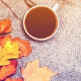 Hete Koffiekop met de herfstbladeren over houten achtergrond Abstra Royalty-vrije Stock Fotografie