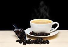 Hete koffiekop met rook en koffiebonen met lepel, voedsel en Stock Afbeeldingen