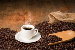 Hete koffiekop op een bed van koffiebonen Royalty-vrije Stock Foto