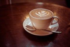Hete koffiekop op houten Stock Foto