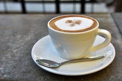 Hete koffiekop op rotslijst Stock Foto