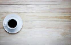 hete kop van koffie op houten lijst Royalty-vrije Stock Afbeeldingen